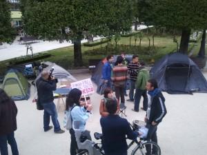 Mozos e non tan mozos se preparan para pasar a noite na #acampadalugo